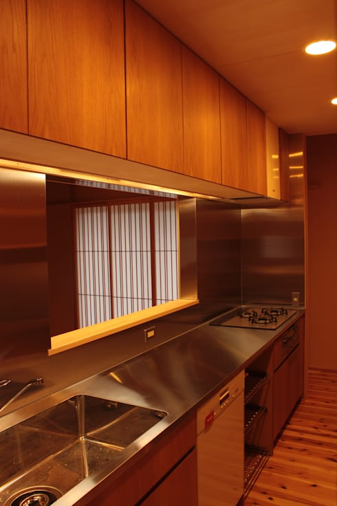 里山の麓の家 : 一級建築士事務所 CAVOK Architectsが手掛けたキッチンです。