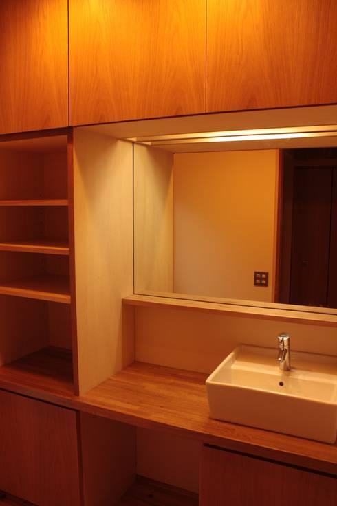 里山の麓の家 : 一級建築士事務所 CAVOK Architectsが手掛けた浴室です。