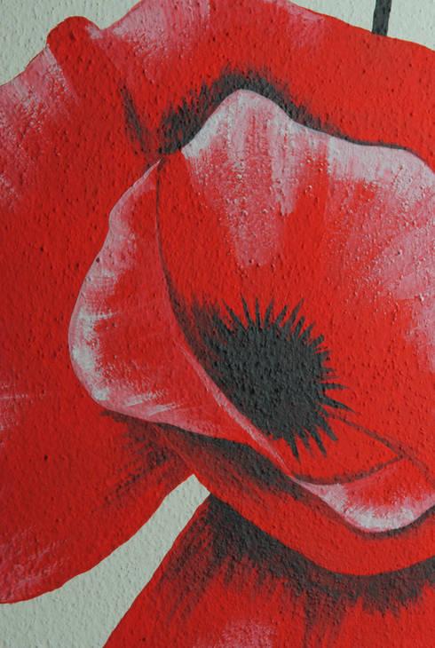 Papaveri rossi: Pareti & Pavimenti in stile  di Interno5