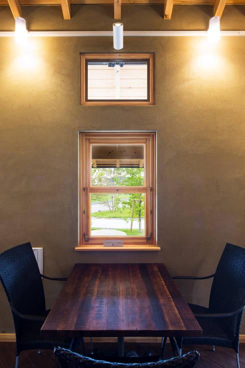 ひなた茶屋~雑木林の小さなカフェ~: 志賀建築設計室が手掛けた窓です。