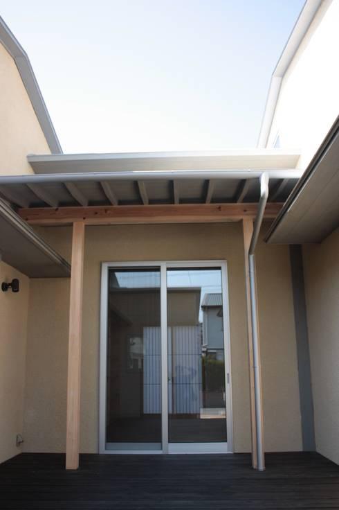 牟礼町の家: 一級建築士事務所 CAVOK Architectsが手掛けたベランダです。
