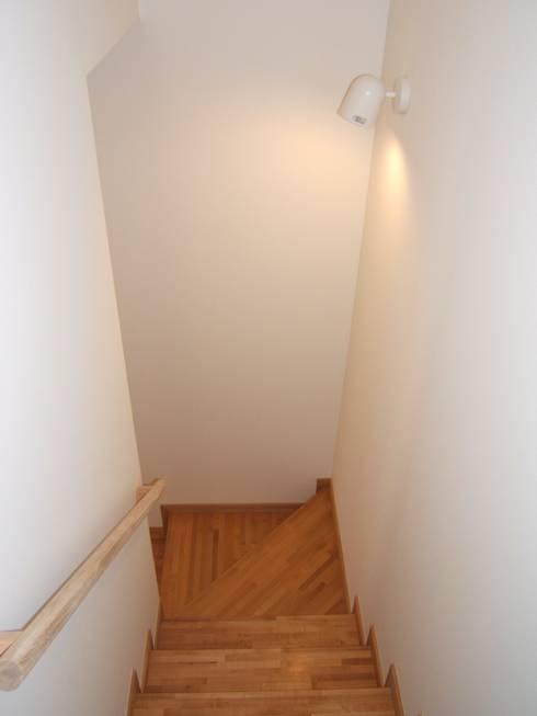 階段: 堀内総合計画事務所が手掛けた廊下 & 玄関です。