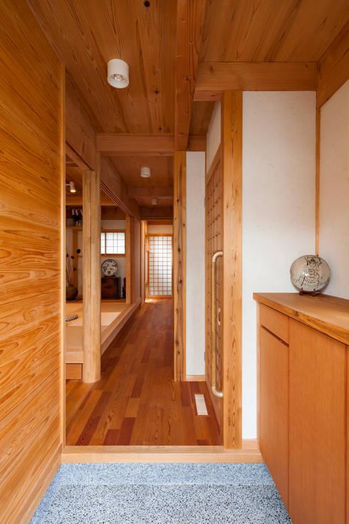 玄関: 有限会社 光設計が手掛けたダイニングです。