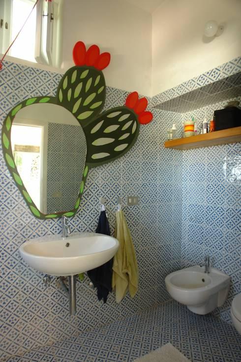 Casa di Panarea: Bagno in stile in stile Mediterraneo di Studio di Architettura Manuela Zecca