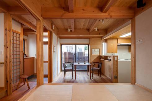畳リビング〜中庭: 有限会社 光設計が手掛けたダイニングです。