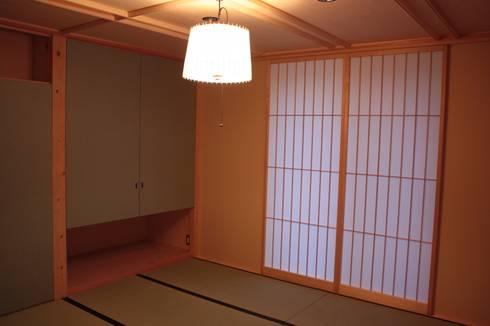 牟礼町の家: 一級建築士事務所 CAVOK Architectsが手掛けた寝室です。