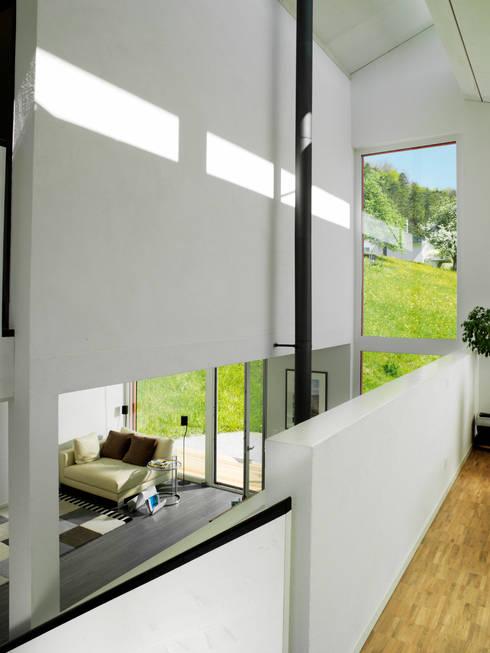 EFH Bauert, Dättlikon:  Flur & Diele von Binder Architektur AG