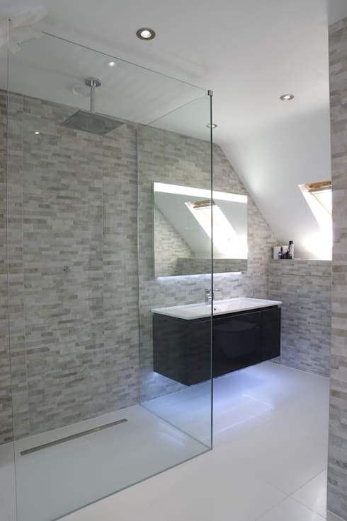 Spacious Modern shower room:  Bathroom by PTC Kitchens