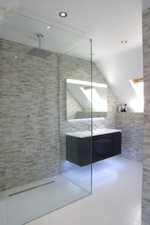 Spacious Modern shower room:  Bathroom by PTC Kitchens