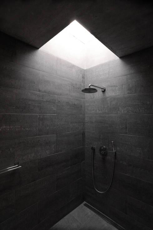 Einfamilienhaus Fehraltorf, Schweiz: moderne Badezimmer von mpp architekten ag
