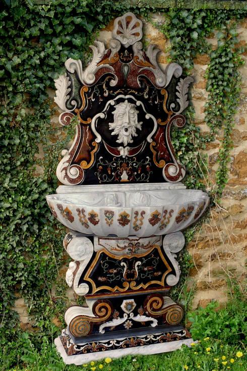 Fontana barocca con intarsio a rilievo: Giardino in stile  di CusenzaMarmi