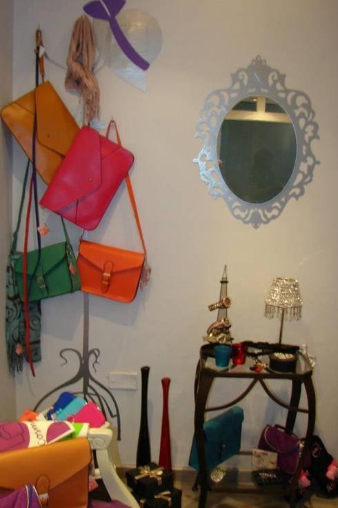 perchero espejo : Hogar de estilo  por Arándano Decoraciòn