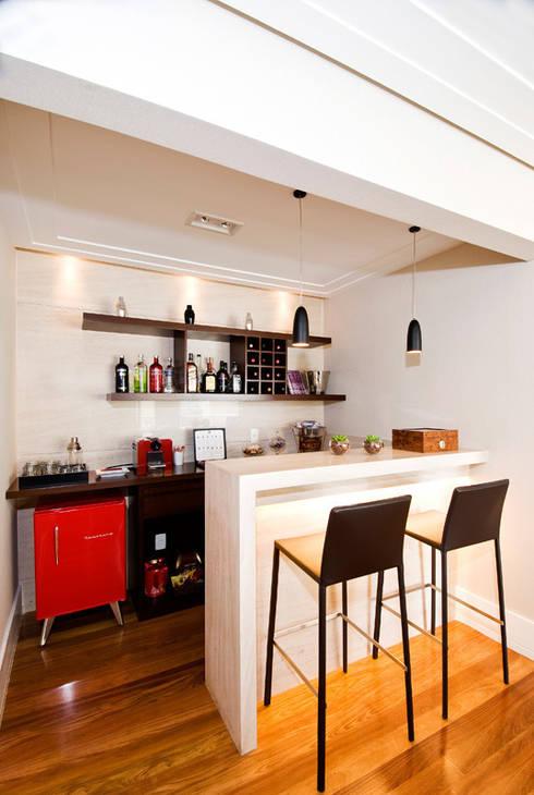 Bar/ Adega : Adegas  por Cavalcante Ferraz Arquitetura / Design