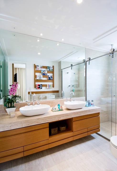 Banho. Master : Banheiros  por Cavalcante Ferraz Arquitetura / Design