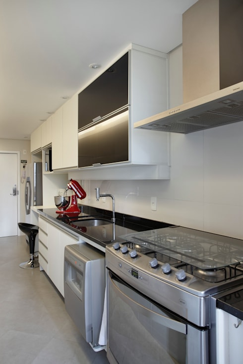 Apartamento 08: Cozinhas  por Estúdio Barino | Interiores