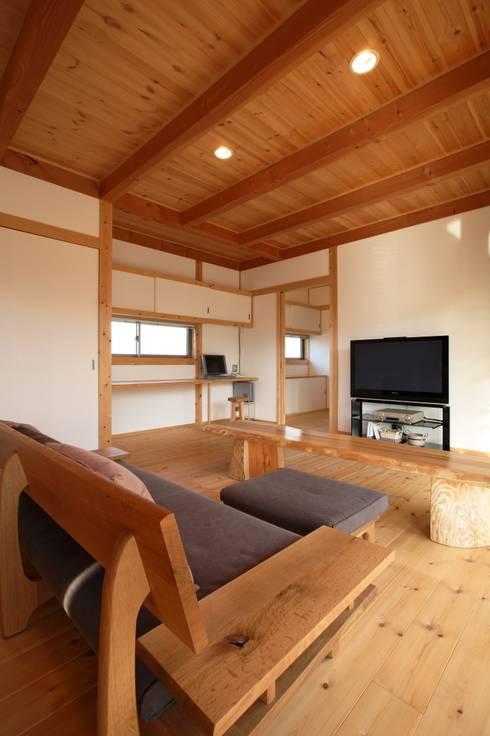 LDK: 三宅和彦/ミヤケ設計事務所が手掛けたリビングです。