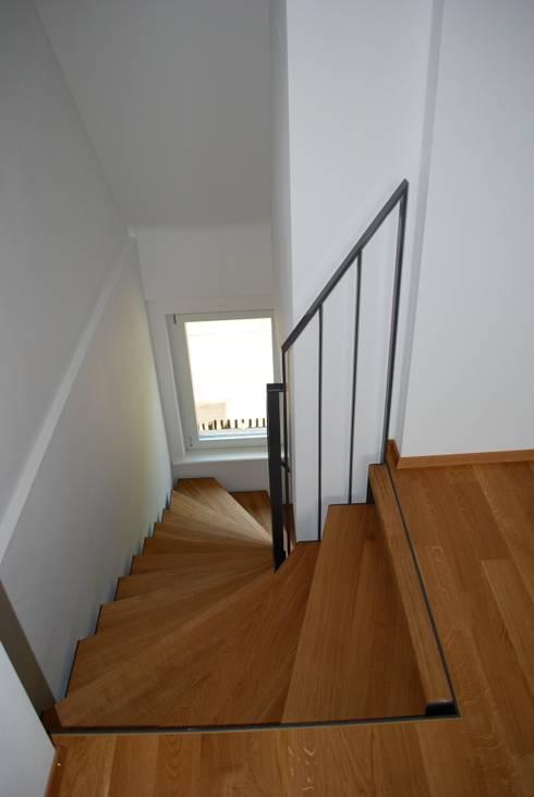 Treppe zum Dachgeschoss:  Flur & Diele von Beat Nievergelt GmbH Architekt