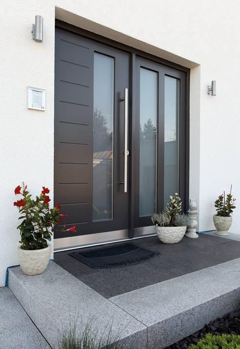 Puertas principales de estilo  por FingerHaus GmbH