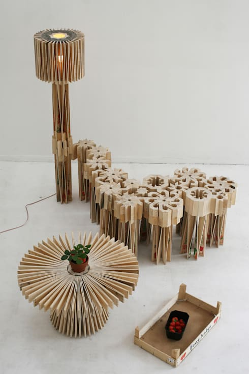 130 strawberry boxes : moderne Woonkamer door Henry Baumann