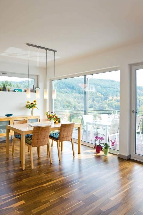 Frei geplantes Kundenhaus - Esszimmer mit Ausblick : moderne Esszimmer von FingerHaus GmbH