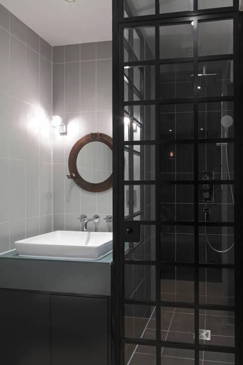 Baños de estilo  por Ligneous Designs