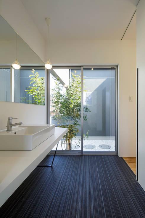 洗面脱衣室: NEWTRAL DESIGNが手掛けた浴室です。