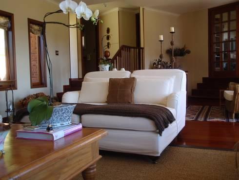 Campos do Jordão: Sala de estar  por Liliana Zenaro Interiores