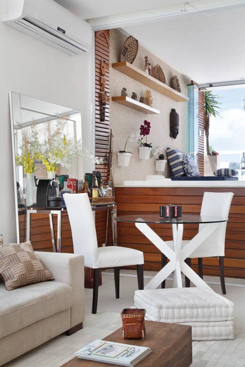 Salas de estilo  por Carolina Mendonça Projetos de Arquitetura e Interiores LTDA