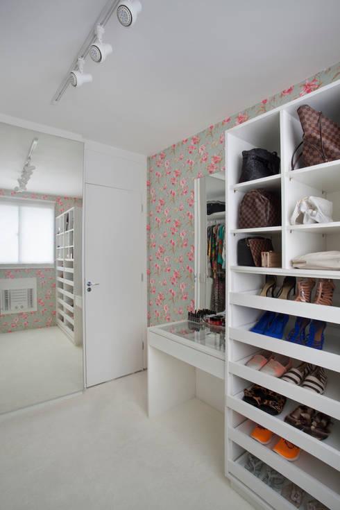 Apartamento pequeno: Closets modernos por Carolina Mendonça Projetos de Arquitetura e Interiores LTDA