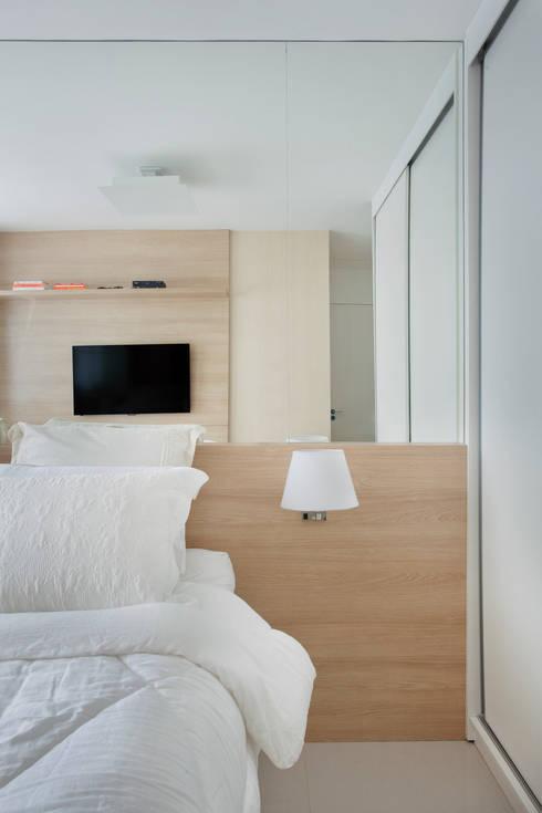 Apartamento pequeno: Quartos  por Carolina Mendonça Projetos de Arquitetura e Interiores LTDA