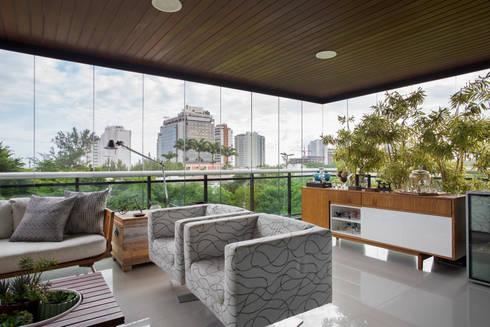 Apartamento varandão: Terraços  por Carolina Mendonça Projetos de Arquitetura e Interiores LTDA