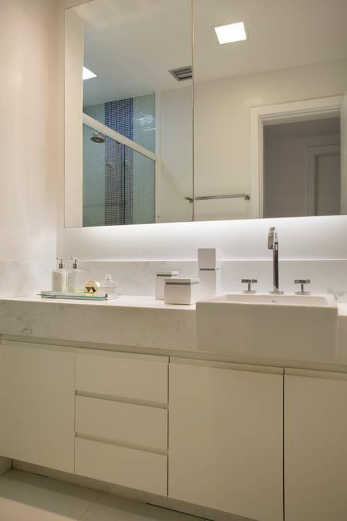 Apartamento varandão: Banheiros modernos por Carolina Mendonça Projetos de Arquitetura e Interiores LTDA