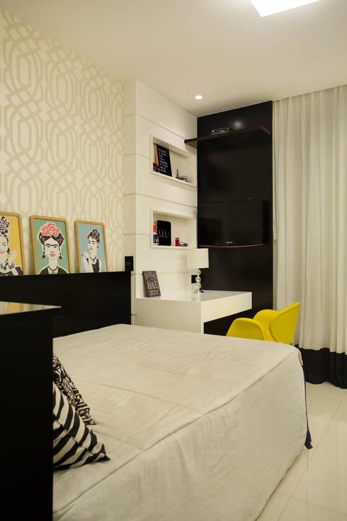 Apartamento varandão: Quartos  por Carolina Mendonça Projetos de Arquitetura e Interiores LTDA