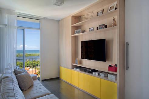 Apartamento Moderno: Salas de estar modernas por Carolina Mendonça Projetos de Arquitetura e Interiores LTDA