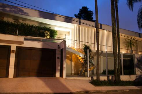 fachada : Casas modernas por Arquitetura Juliana Fabrizzi