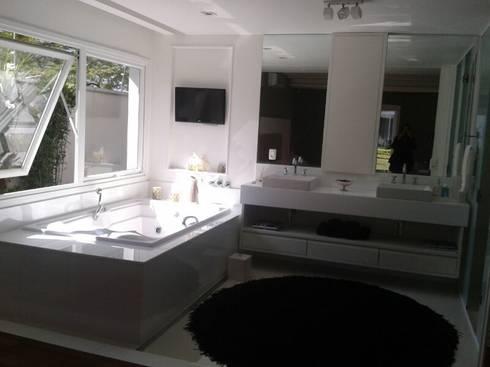 banheiro suíte principal: Banheiros modernos por Arquitetura Juliana Fabrizzi
