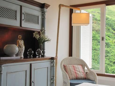 detalhe mobiliário quarto da filha : Quarto  por Arquitetura Juliana Fabrizzi
