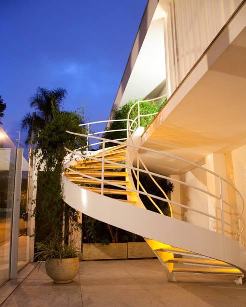 detalhe fachada : Casas modernas por Arquitetura Juliana Fabrizzi