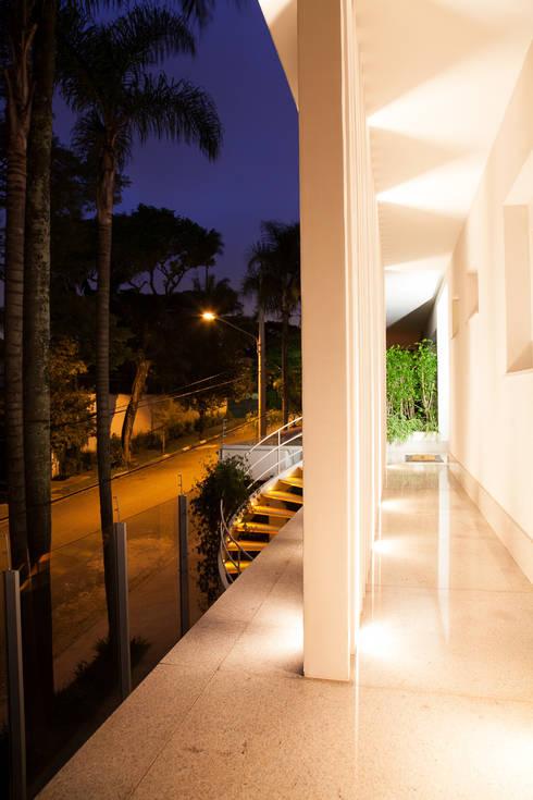 detalhe iluminação  brise : Casas modernas por Arquitetura Juliana Fabrizzi