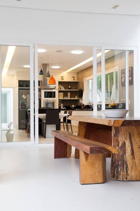 integração terraço e cozinha : Cozinhas modernas por Arquitetura Juliana Fabrizzi