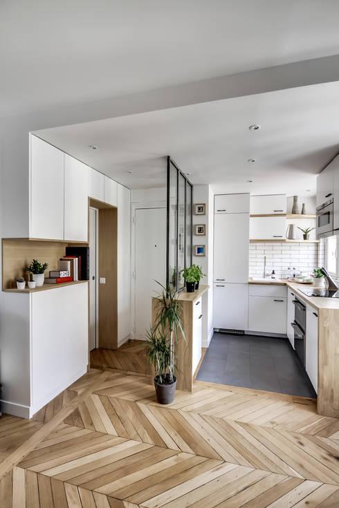 Le charme parisien: Couloir et hall d'entrée de style  par bypierrepetit