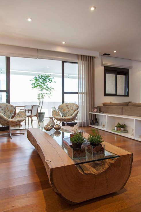 Madeira em pauta para um casal que adora receber: Salas de estar rústicas por Helô Marques Associados