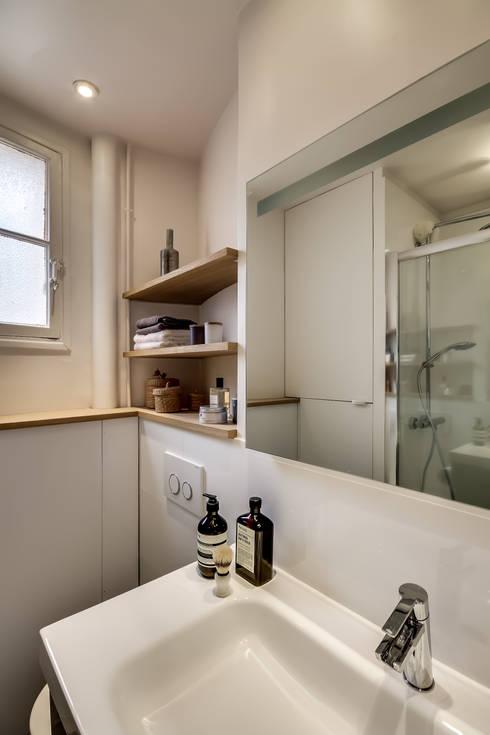 Le charme parisien: Salle de bains de style  par bypierrepetit