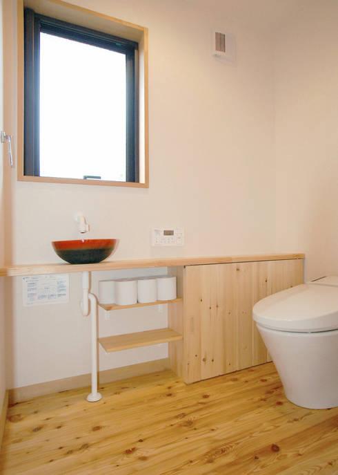 入母屋屋根の家: 志賀建築設計室が手掛けた洗面所&風呂&トイレです。