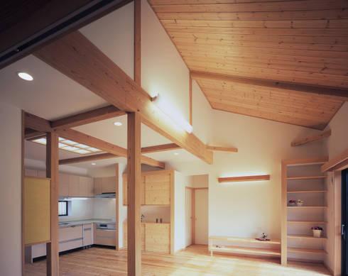 入母屋屋根の家: 志賀建築設計室が手掛けたリビングルームです。