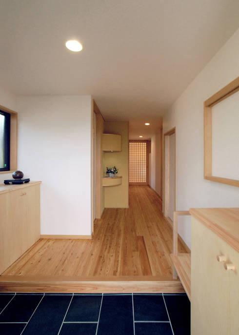 入母屋屋根の家: 志賀建築設計室が手掛けた廊下 & 玄関です。