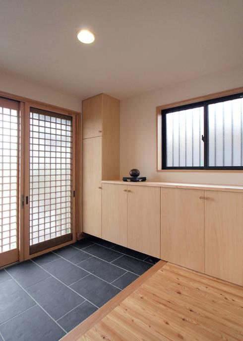 入母屋屋根の家: 志賀建築設計室が手掛けた玄関&廊下&階段です。