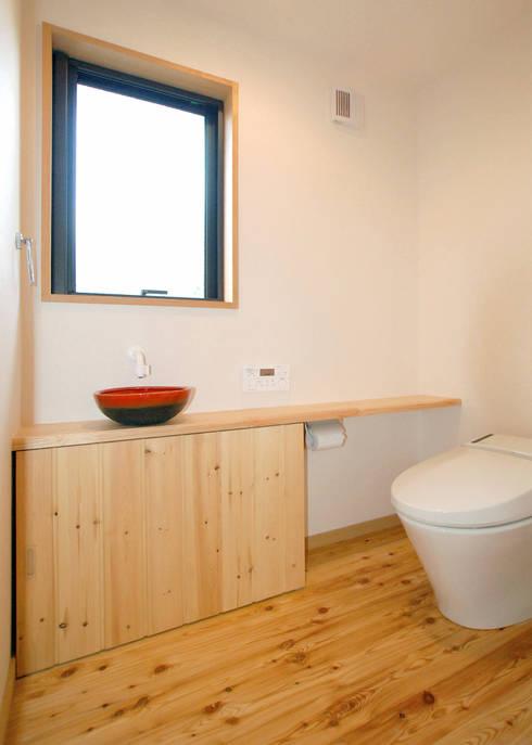 入母屋屋根の家: 志賀建築設計室が手掛けた浴室です。