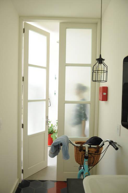 Puerta baño: Baños de estilo  por Mediamadera
