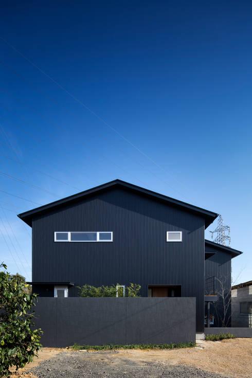 家族をつなぐスキップフロアの家-外観1-: 小田達郎建築設計室が手掛けた家です。